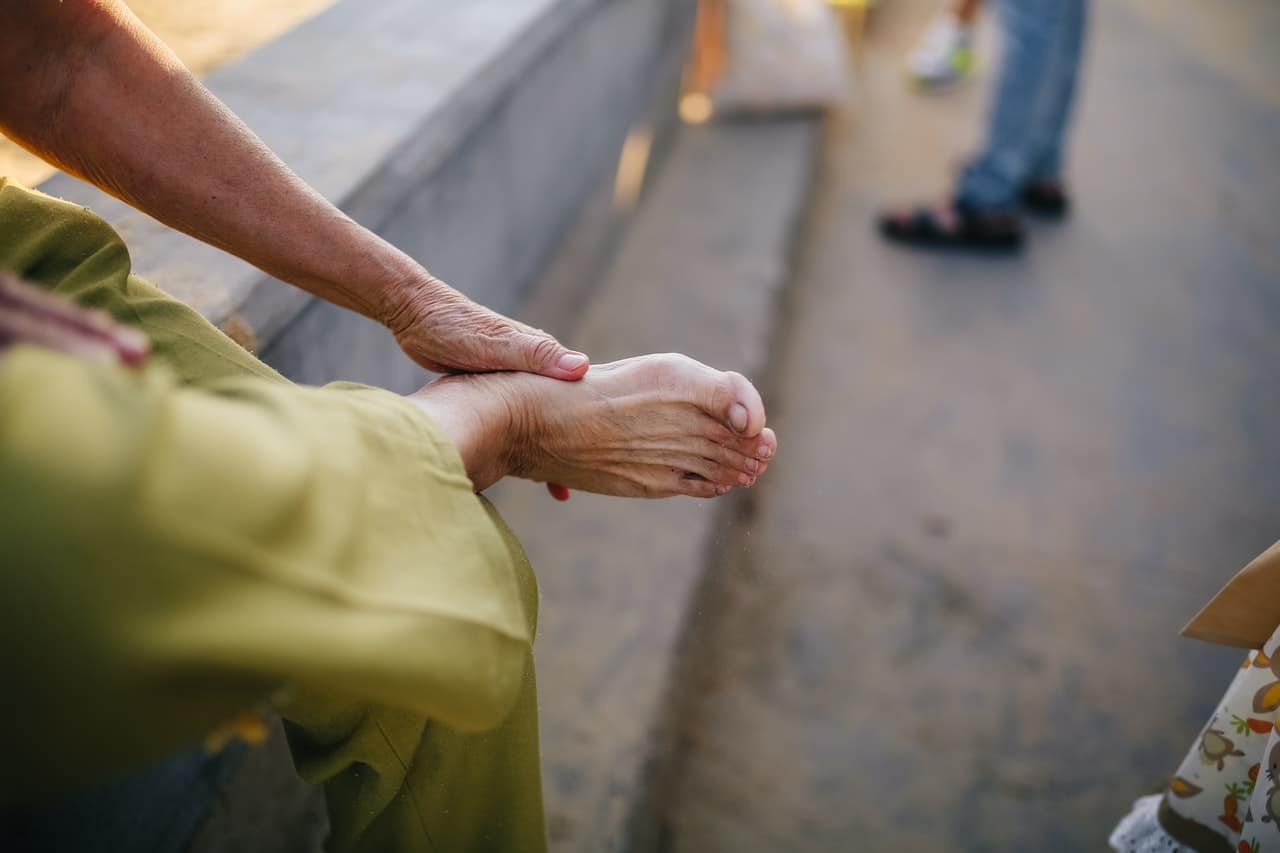 HOW TO TAKE CARE OF FEET AND TOENAILS IN THE ELDERLY
