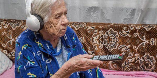 Best TV Headphones for Seniors — A Complete Buyer's Guide